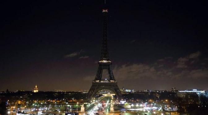 La-torre-Eiffel-spenta-in-segno-di-cordoglio-672x372