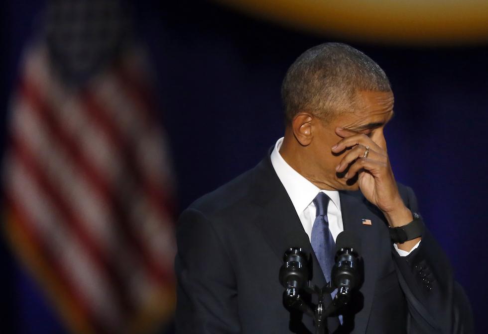 Barack Obama si aciuga le lacrime durante il suo discorso di addio da presidente degli Stati Uniti - Chicago, 10 gennaio 2017 (AP Photo/Charles Rex Arbogast)