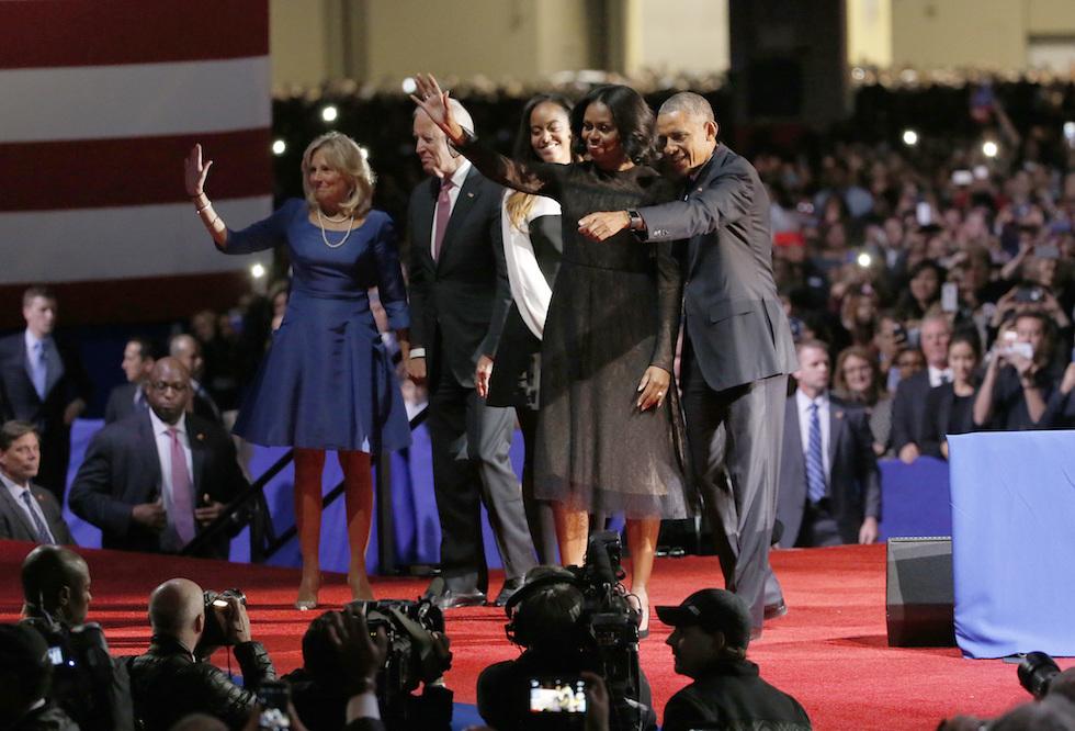 Barack, Michelle e Malia Obama con il vicepresidente Joe Biden e la moglie dopo il discorso d'addio di Obama da presidente degli Stati Uniti - Chicago, 10 gennaio 2017 (AP Photo/Nam Y. Huh)